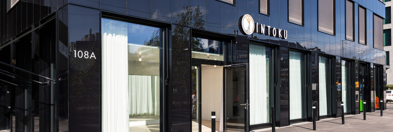 Eingang des Yoga Therapie Centers INTOKU Zürich
